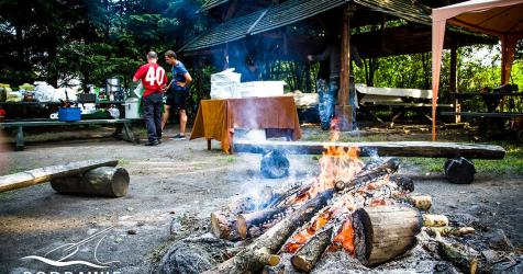 Wiata i ognisko na biwaku